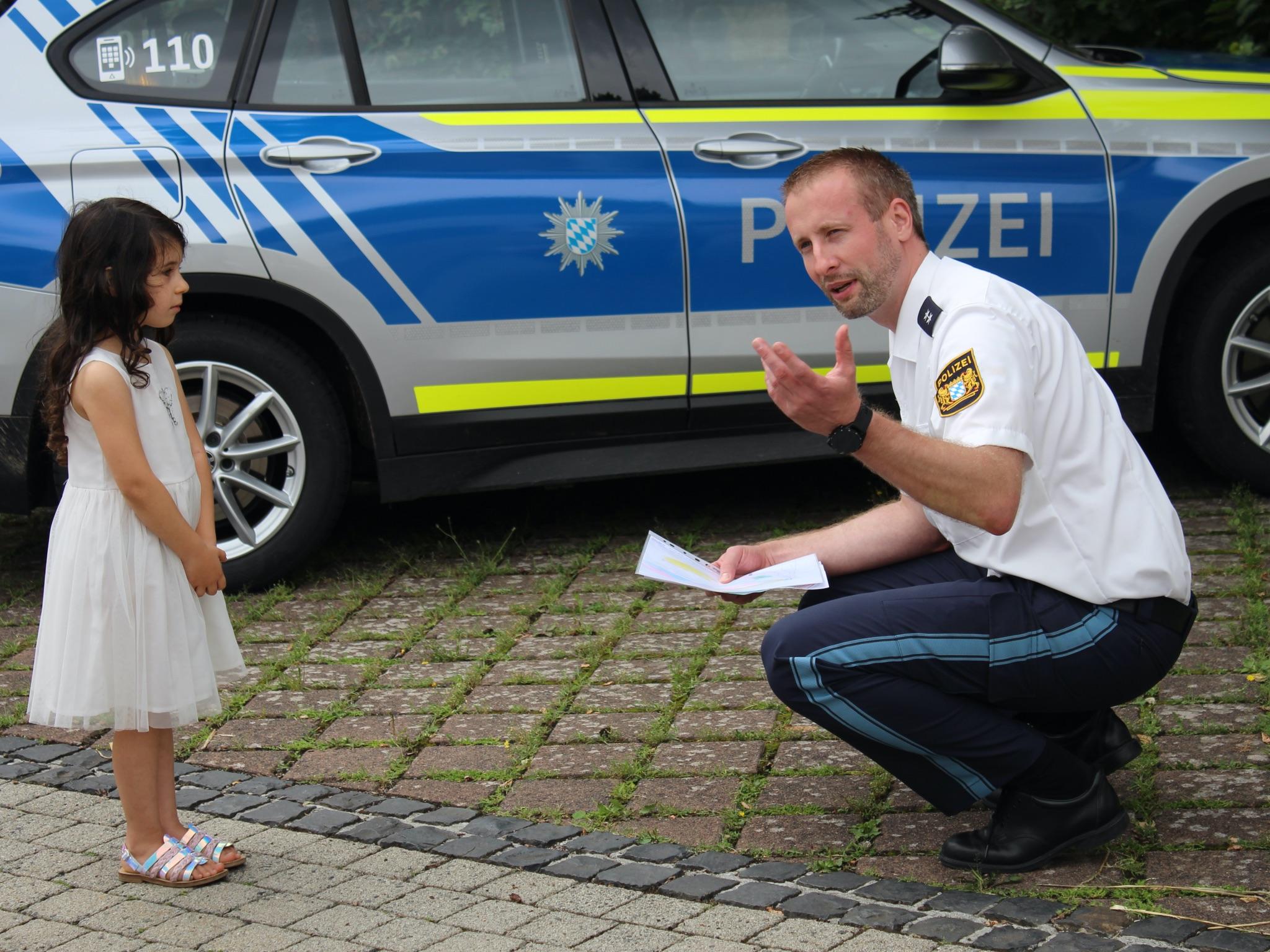 Polizeioberkommissar Aut bedankte sich bei der Dreijährigen. Foto: Polizei