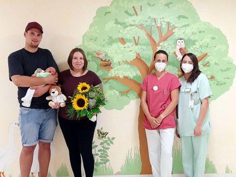 Von links nach rechts: Vater Moritz Werner mit Emil, Mutter Tina Werner, Hebamme Michaela Voll und Assistenzärztin Mansour Summer