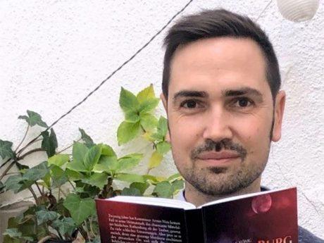 """Autor Stefan König mit seiner Fortsetzung von """"Roten Burg"""". Foto: Stefan König"""